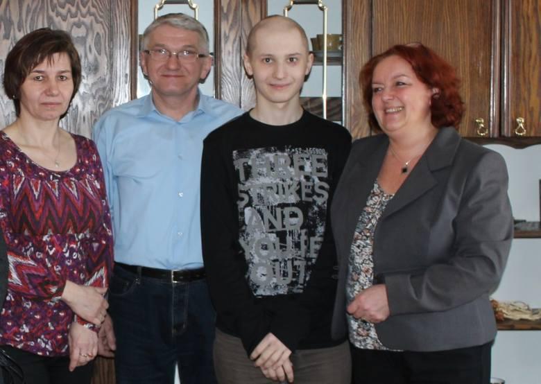 Wolontariusze z Zespołu Szkół Ogólnokształcących zorganizowali zbiórką krwi dla 17-letniego Dawida Ludwiczaka z Chocianowic (na zdjęciu drugi z prawej),
