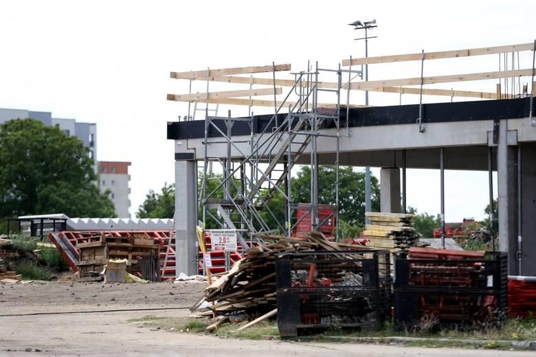 Stadion w Szczecinie w przebudowie. Widać już pierwsze piętro budynku centrum szkolenia