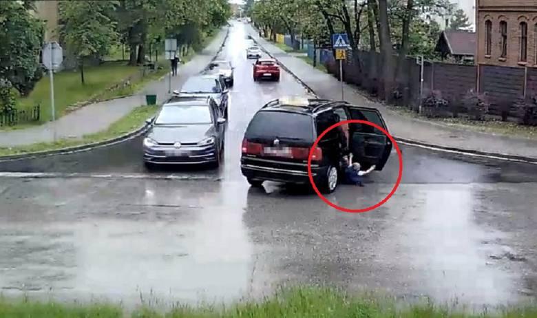 Dziecko wypadło z jadącego aut