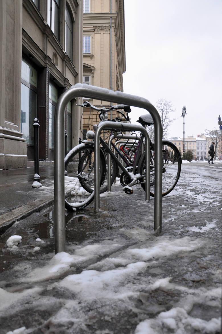 Ul. Wiślna (skrzyzowanie z ul. św. Anny) - stojak na rowery umieszczony na jezdni