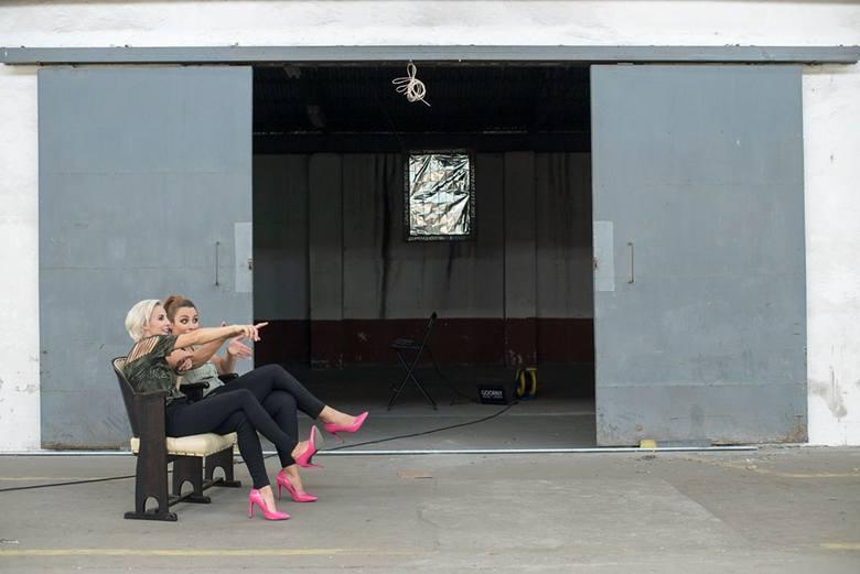 Duet Pinky Loops - Joanna Czerwińska (elektryczna wiolonczela) i Marta Lutrzykowska (elektryczne skrzypce) w industrialnej hali Moderatora nagrały kolejny
