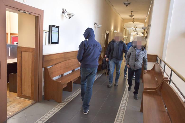 Podejrzany Waldemar B. wyprowadzany z sali sądowej po zastosowaniu tymczasowego aresztu na trzy miesiące.