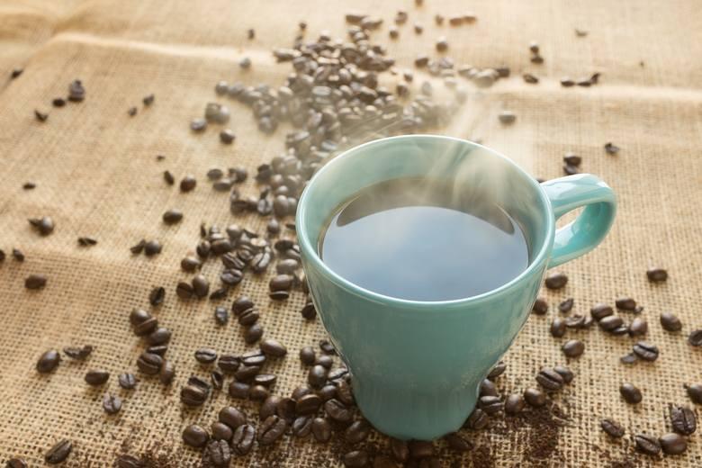 Dlaczego nie warto sięgać po kawę podczas upałów?- podnosi ciśnienie - wypłukuje z naszego organizmu potas i magnez- działa moczopędnie- zwiększa niebezpieczeństwo