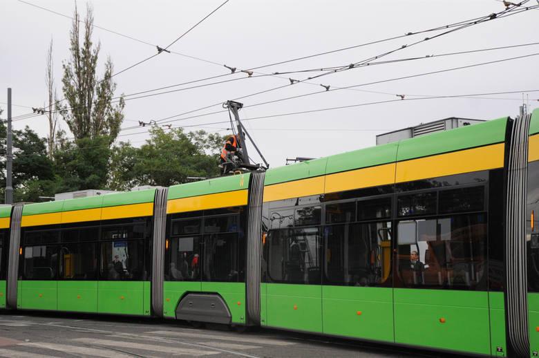 Samochód osobowy zablokował ruch tramwajowy na ul. Szydłowskiej/Winiarskiej w kierunku ul. Piątkowskiej.