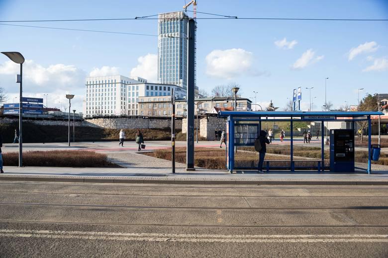 Koronawirus. Kraków kompletnie opustoszał. Na przystankach nie ma ludzi, nie ma też korków na drogach! 13.03.2020