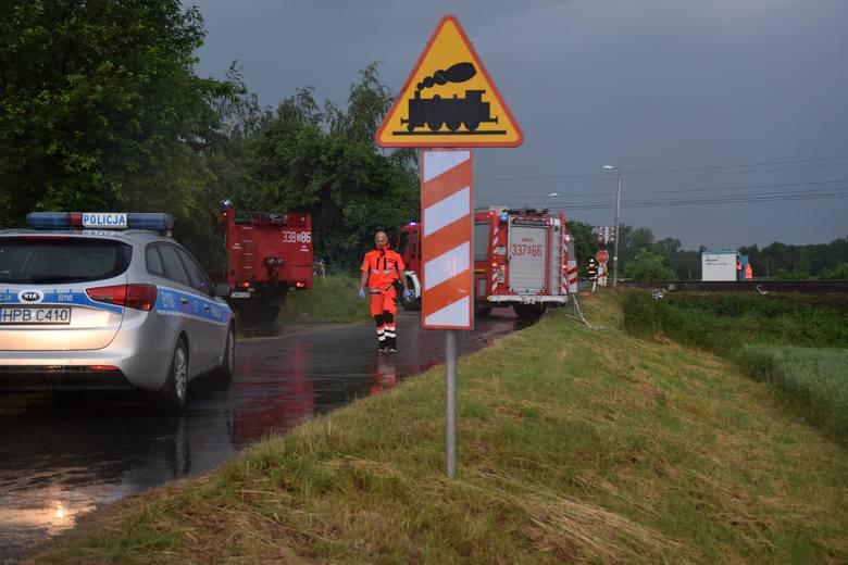 Tragedia na przejeździe kolejowym pod Wrocławiem. Nie żyje 5 osób (ZDJĘCIA)