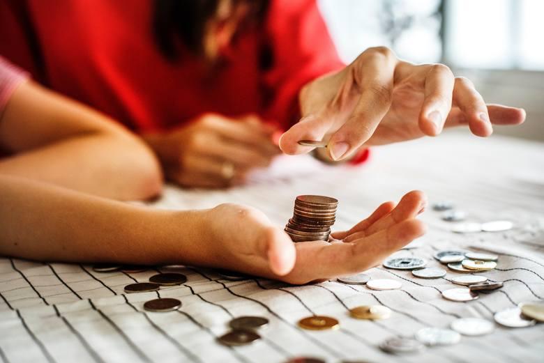 Systematycznie oszczędzanie pieniędzy to sztuka, która nie każdemu się udaje. Okazuje się jednak, że nie trzeba się wysilać, żeby oszczędzać setki złotych