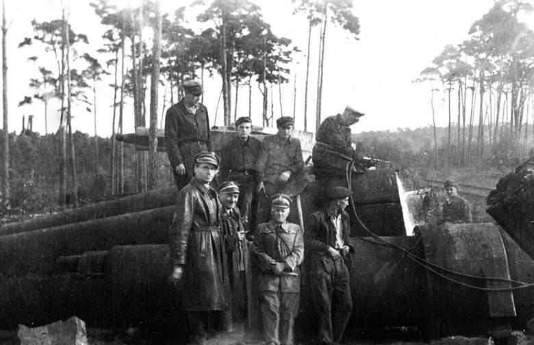 Unikalne zdjęcie zdobyte przez muzeum Fortu Gerharda. Polscy leśnicy na tle potężnych luf. Być może o tych lufach raportował agent CIA. Podobno były złomowane gdzieś w Szczecinie