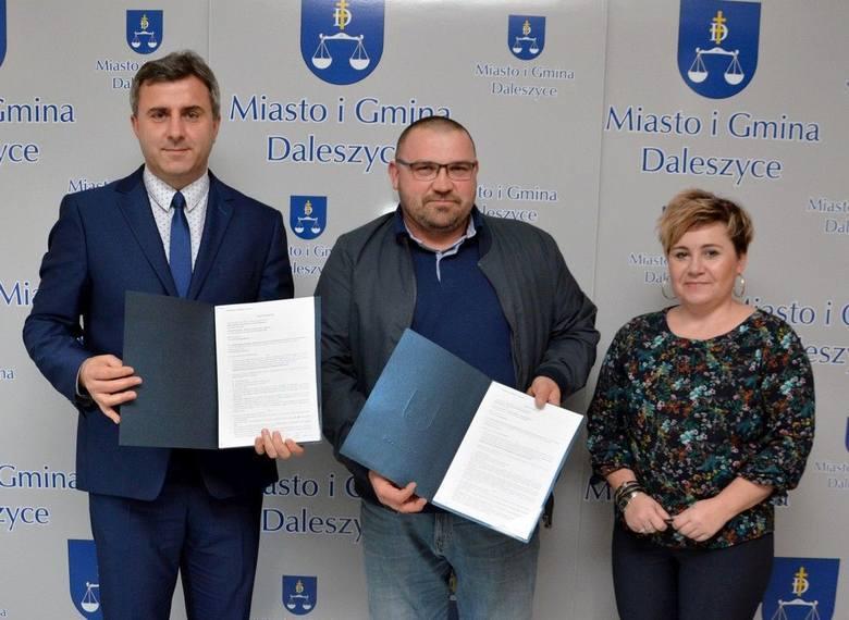 Umowę na budowę pompowni w Cisowie podpisali od lewej: burmistrz Dariusz Meresiński,  Paweł Sobczyk - właściciel Zakładu Ogólnobudowlanego Konstrukcji
