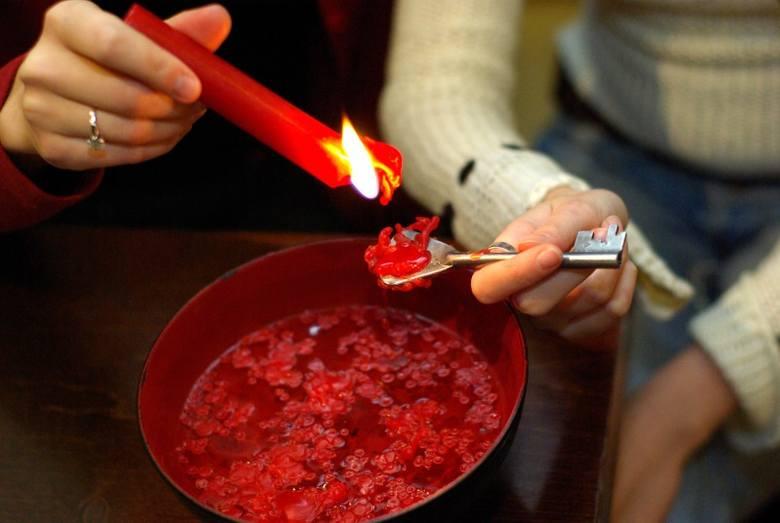 Najpopularniejszą wróżbą andrzejkową jest lanie wosku
