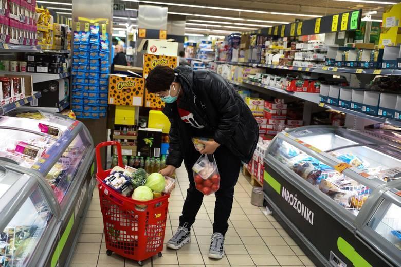 Sieć Biedronka ogłosiła, że dla komfortu klientów robiących przedświąteczne zakupy jej sklepy będą teraz czynne do północy, a w przyszłym tygodniu, tuż