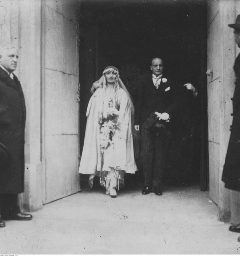 1924W latach 20. suknie uległy skróceniu, lecz w dalszym ciągu zakrywały sylwetkę. Elementem obowiązkowym był długi welon.