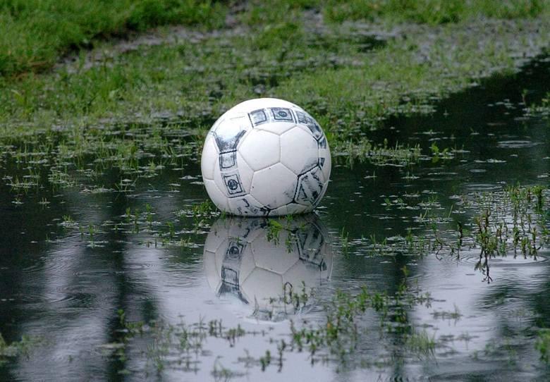 Pogoda nie odpuszcza również obiektom sportowym. W wielu miejscach woda zalała boiska. Zobaczcie zdjęcia m.in. boisk w Jaworniku Polskim, Boguchwale