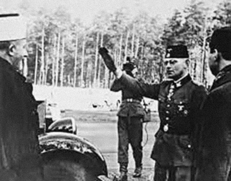 """Żołnierze dywizji SS """"Handschar"""" w Sarajewie z miejscowym muftim"""