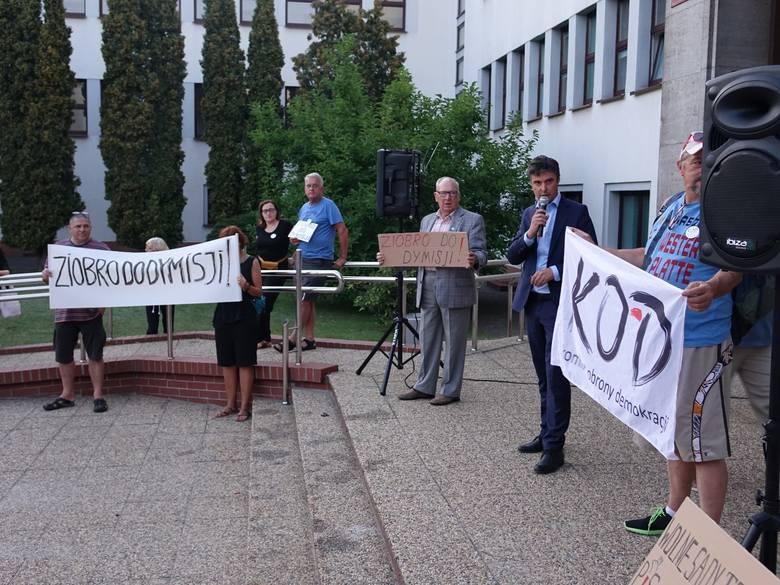 W niedzielę o godz. 20 przed budynkiem koszalińskiego Sądu Okręgowego zorganizowany protest, na który przyszło ponad sto osób. Komitet Obrony Demokracji