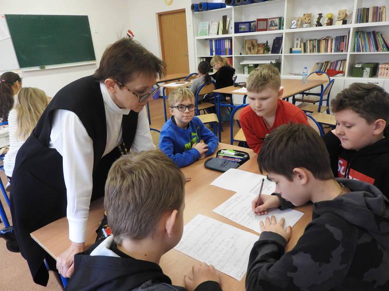 Uczniowie rozwiązując zadania mogą sprawdzić czy potrafią logicznie myśleć, uczą się też samodzielności oraz kreatywności. Rozwijają też swoje zainteresowania.
