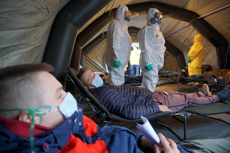 Tymczasowa izba przyjęć przed lubelskim szpitalem. To ćwiczenia na wypadek koronawirusa