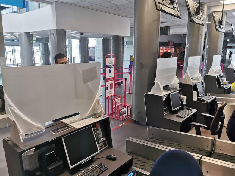 W punktach odprawy bagażowo-biletowej na lotnisku zamontowano już ścianki z pleksi