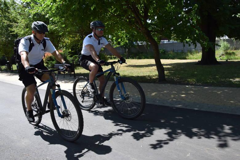 St. post. Paweł Zaremba ( z lewej) i st. post. Patryk Wyłupski na rowerach czuwają nad bezpieczeństwem mieszkańców. To policjanci prewencji i jednocześnie