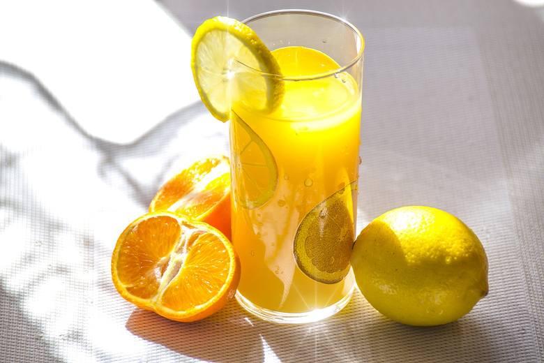 CytrusyOwoce z witaminą C mają świetny wpływ na działanie naszego organizmu. Są również skuteczne w walce z bólem stawów, który może się nasilać podczas