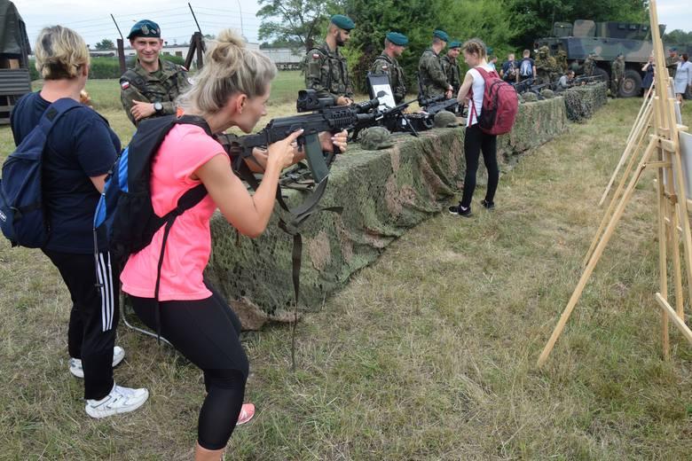 """Nietypowe ćwiczenia w Nisku. W ramach kampanii """"Zostań Żołnierzem Rzeczypospolitej"""" każdy przez jeden dzień mógł poczuć się jak wojskowy."""