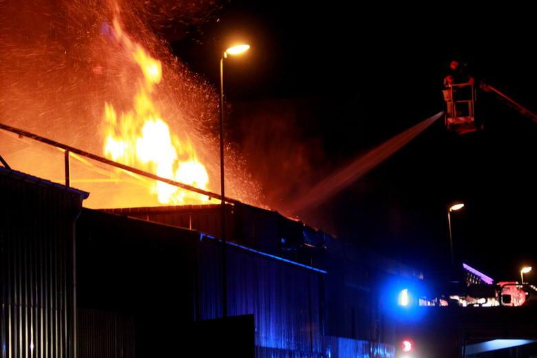 Groźny pożar wybuchł w piątek wieczorem przy ulicy Lnianej w Koszalinie. Bardzo wielu strażaków walczy z ogniem.Palą się obiekty przy ulicy Lnianej w