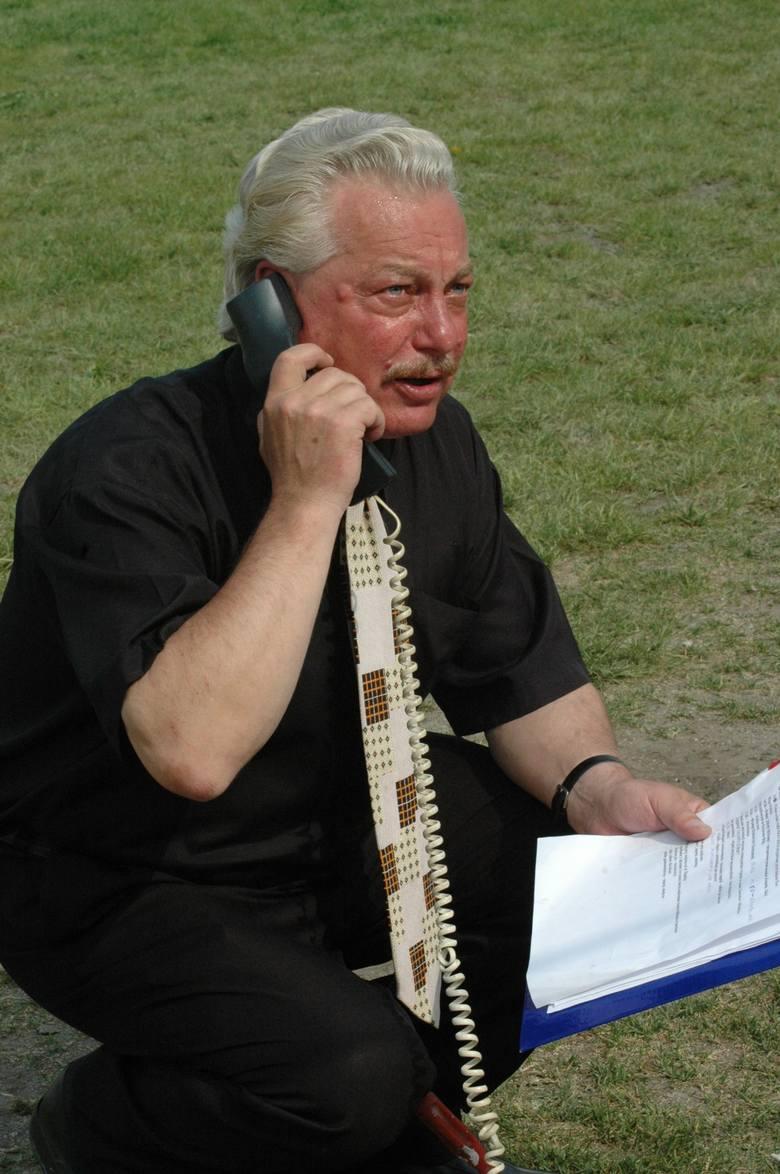 Krzysztof Hołyński w akcji podczas meczu żużlowego.