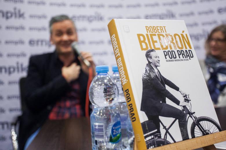 """W salonie Empik w centrum handlowym Focus Mall odbyło się spotkanie autorskie z Robertem Biedroniem w ramach promocji książki """"Pod prąd"""".Jedni"""