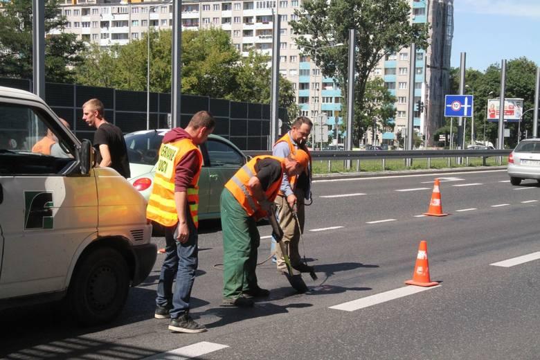Kielce. Z asfaltu usuwali... masę bitumiczną