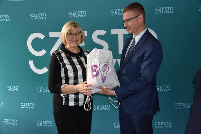 Prezydent Krzysztof Matyjaszczyk pogratulował Małgorzacie Cichoń za zaangażowanie w propagowanie budżetu obywatelskiego