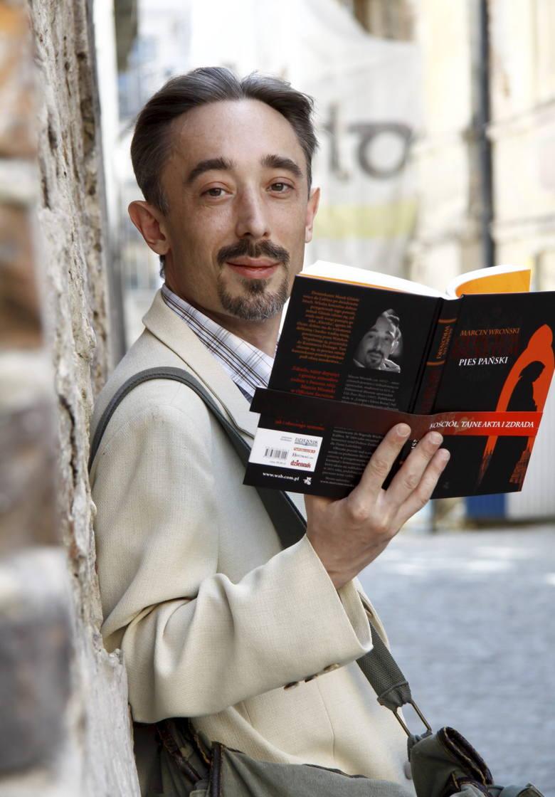 8. Marcin Wroński, absolwent KUL-u. Pisze przy biurku, zdarza mu się pracować na wyjazdach, a także w hotelach. Stara się pisać codziennie określoną liczbę stron nowej książki. Śmieje się, że pisarz jest jak rzemieślnik: ma określoną robotę do wykonania, zatem czy mu się chce, czy nie chce danego...