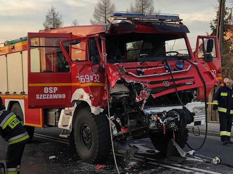 Do wypadku doszło w poniedziałek, 25 lutego, na drodze w Gronowie koło Krosna Odrzańskiego. Zderzyły się dwa wozy strażackie jadące do pożaru i ciężarówka.Do