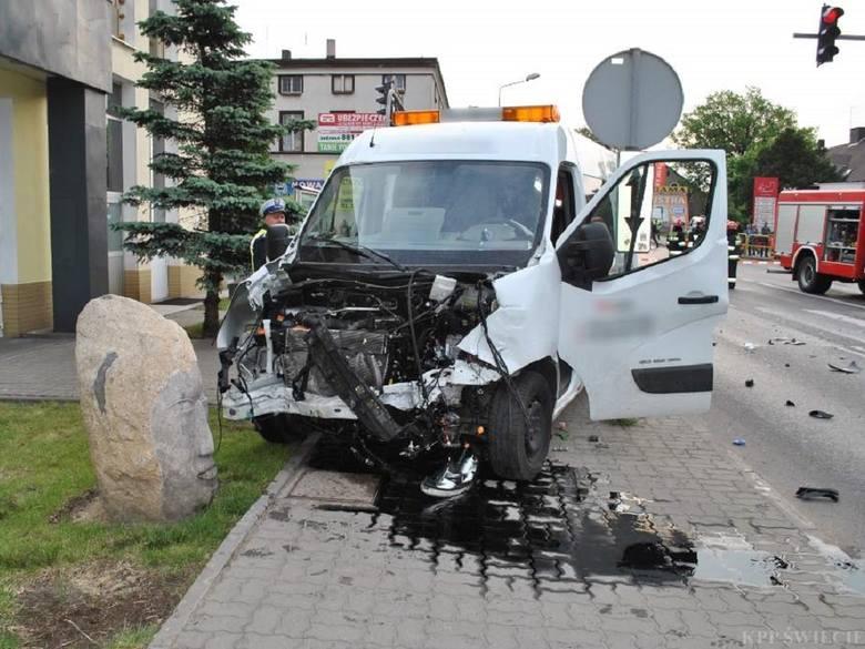 Dostawczy samochód, którym kierował sprawca wypadku, zatrzymał się dopiero na rzeźbie kamiennej twarzy