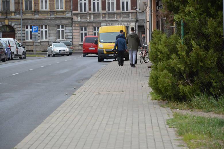 Na tej ulicy zabito mężczyznę. Kobieta z rana brzucha trafiła do szpitala. Walczy o życie.
