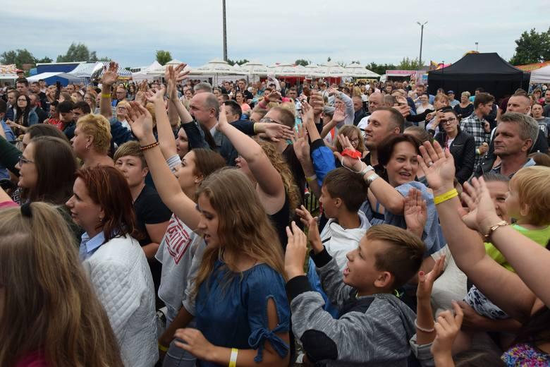 Na koncercie w Szydłowcu przybyła liczna publiczność. Ludzie świetnie się bawili. >>>KLIKNIJ W NASTĘPNE ZDJĘCIE ABY CZYTAĆ DALE