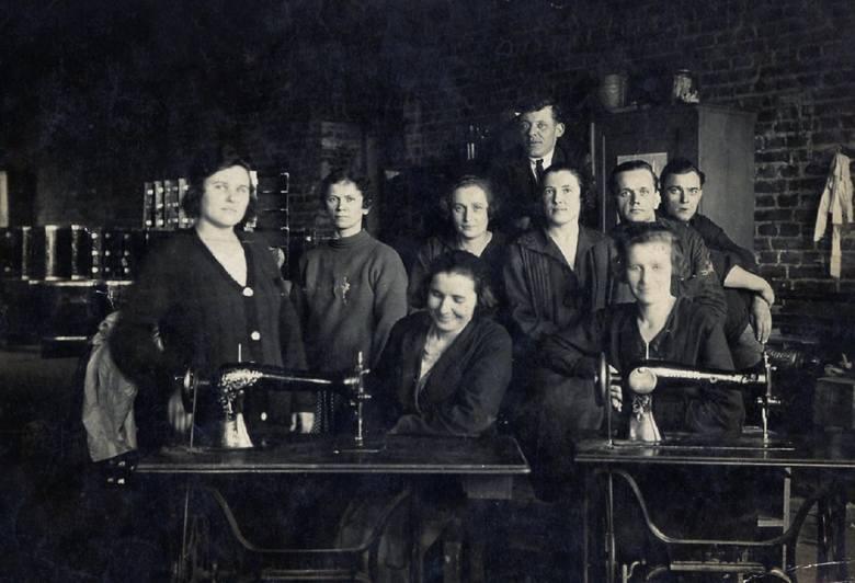 Zakłady Mechaniczne E. Plage i T. Laśkiewicz w Lublinie, prawdopodobnie tapicernia Działu Lotniczego. Pierwsza z lewej stoi Felicja Zenf, która pracę w fabryce samolotów zaczęła w marcu 1932 r. <br />