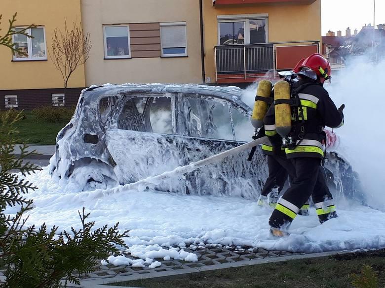 W pożarze na osiedlu Przybyszówka w Rzeszowie spłonął samochód. Jego właścicielka szuka mężczyzny, który ją ostrzegł. Dał jej znak, by szybko wraz z