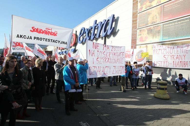 Kilkadziesiąt osób pikietowało przed rzeszowskim hipermarketem Tesco w obronie pracownicy, zwalnianej za działalność związkową.WIĘCEJ W ARTYKULE: Związkowcy