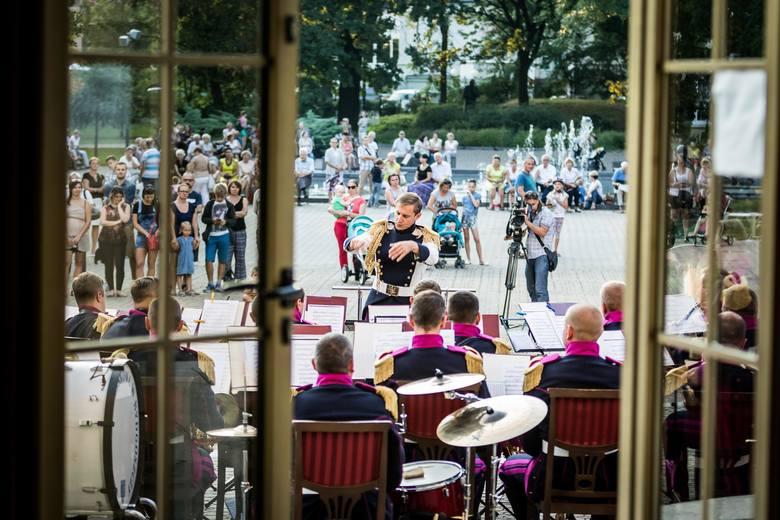 Koncert orkiestry wojskowej przed filharmonią pomorskąKoncert orkiestry wojskowej przed filharmonią pomorską