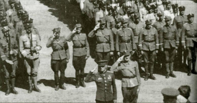 Marzec 1945 rok. Przysięga żołnierzy szkoły oficerskiej w Inowrocławiu. Drugi od lewej salutuje Kazimierz Maciejewski