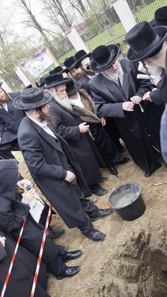 Naftali Halberstam, ostatni żyjący rabin z dynastii Halberstamów (trzeci z lewej) pobłogosławił już miejsce, gdzie ma stanąć hostel