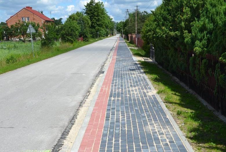 Mieszkańcy Lasochowa w gminie Małogoszcz mogą już spacerować nowym chodnikiem. To blisko 300-metrowy odcinek (ZDJĘCIA)