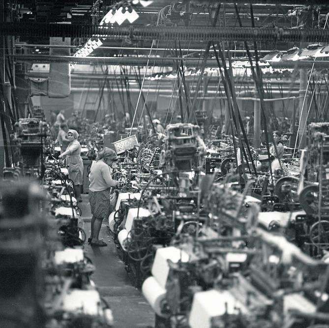 W 1872 r. Izrael Poznański zbudował tkalnię, w której pracowało 200 mechanicznych krosien. Potem zbudował przędzalnię. Izrael Poznański zmarł 29 kwietnia 1900 r., dożył 57 lat. Zostawił rodzinie 7 mln rubli w złocie. <br /> Dyrektorem generalnym fabryki został najstarszy syn Ignacy. Pod jego...