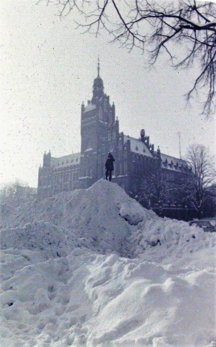 Zwały śniegu przed ratuszem – styczeń 1979.