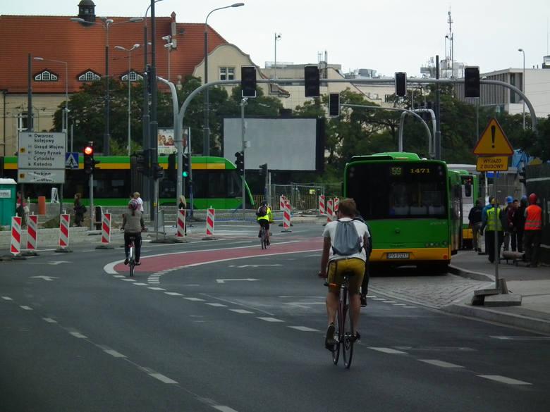 Wyprzedzanie rowerzysty z dużą prędkością na linii ciągłej lub podwójnej ciągłej. Kierowco naprawdę myślisz, że jadąc tuz przy rowerzyście z prędkością choćby 80 km/h nie zrobisz cykliście krzywdy? Podmuch wiatru może strącić rowerzystę. Zaczekaj i wyprzedź cyklistę na linii przerywanej w...