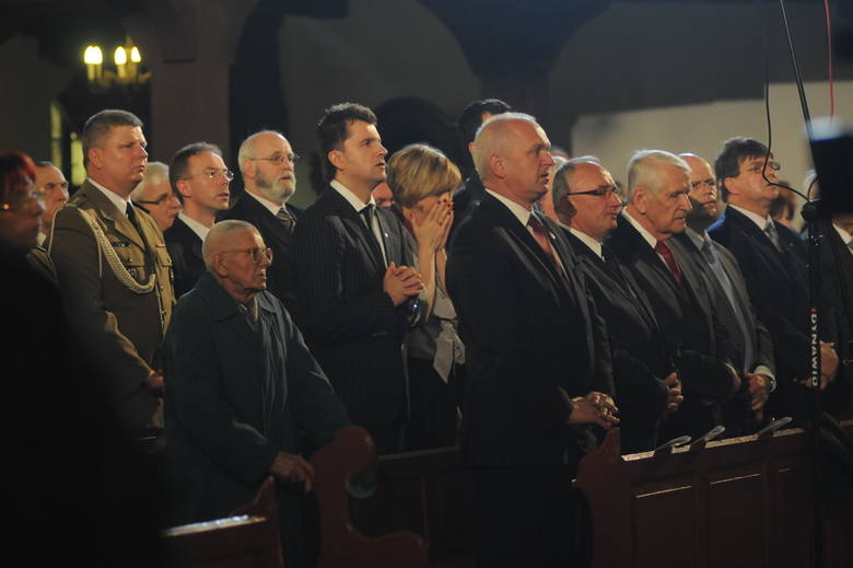 """50 rocznica Wydarzeń Zielonogórskich miała wyjątkową oprawę. Na wysokości zadania stanęli wszyscy organizatorzy: Kościół, wojewoda i władze miasta. Już wcześniej otwarto wystawy, wydano książkę o wydarzeniach, odbył się koncert w filharmonii. Zgromadzeni mogli zobaczyć również widowisko """"Obudzone..."""