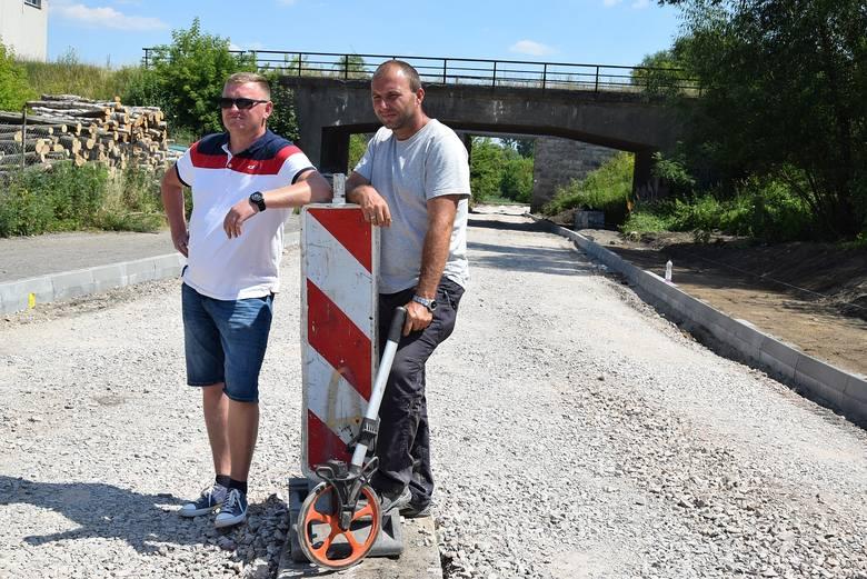 Współwłaściciel firmy Albud z Oblęgorka Paweł Bednarczyk (z lewej) zapewnia, że nie powinno być opóźnień w realizowanej inwestycji. Na zdjęciu z Mirosławem