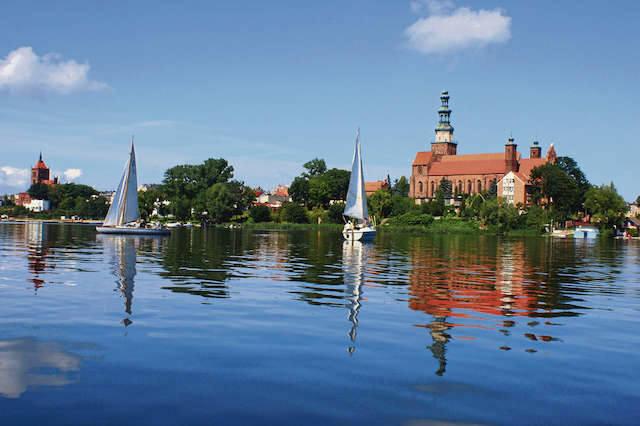 Położona nad jeziorem Chełmża przyciąga turystów od lat. Tu nikt nie narzeka na nudę