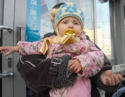 Aż do piątku 1 grudnia na zasiłek za listopad czekała mama półtorarocznej Moniki, tymczasem pieniądze powinny być na koncie do 26 każdego miesiąca