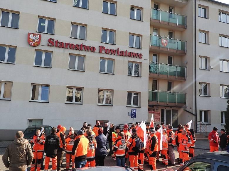 Ratownicy medyczni już wcześniej pikietowali przed Starostwem w Wadowicach. Tak było w 2016 roku.
